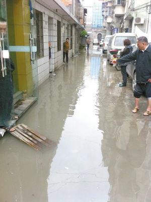 居民区弄堂被水淹。