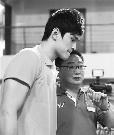 图为孙杨左和教练张亚东在训练中。