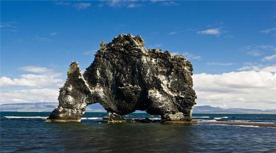 冰岛北部的Hvitserkur岩