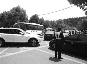 在协警的指挥下,动物园南门秩序较好。记者 朱麟华 摄