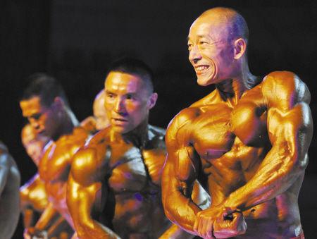 宁波选手吴忠梁(右一)在比赛中