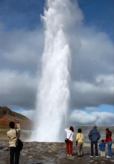 西藏雅鲁藏布江的间歇泉