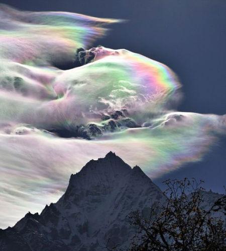 彩虹云漂浮在珠穆朗玛峰上空