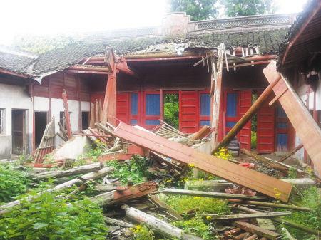东钱湖灵佑庙杂草丛生、戏台坍塌。