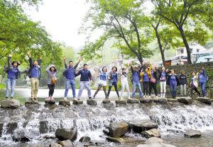 环保志愿者探访鹿亭乡的晓鹿溪。 记者 王增芳 摄
