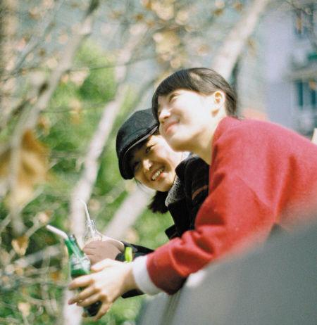 """两名正在拍摄""""闺蜜照""""的姑娘笑靥如花。"""