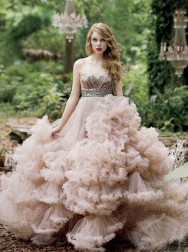 甜美的粉色礼服打造青春娇嫩新娘的完美嫁衣
