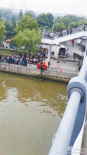 救援人员在最良江新西门桥一带打捞跳江男子 网友@余姚大丹供图