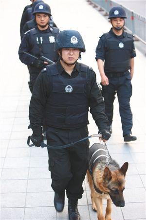 昨天下午,民警在万达广场巡逻