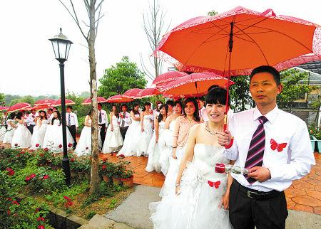 昨天,在丽盛玫瑰庄园内,18对新人许下爱的誓言。(俞继业 厉晓杭 摄)