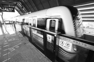 5月19日,列车开出芦港站 记者 张培坚 摄