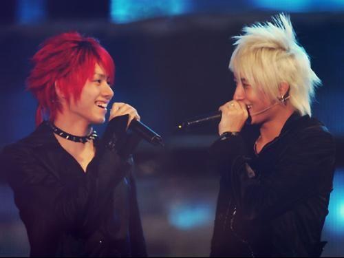 两人在舞台上