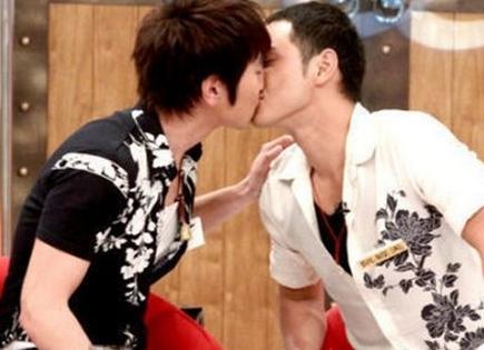 赵又廷和阮经天在节目组接吻