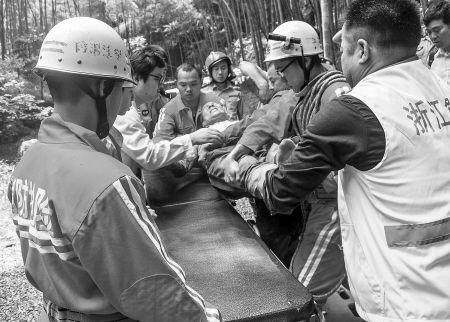 救援人员将杨师傅抬上担架。