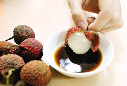 荔枝蘸酱油