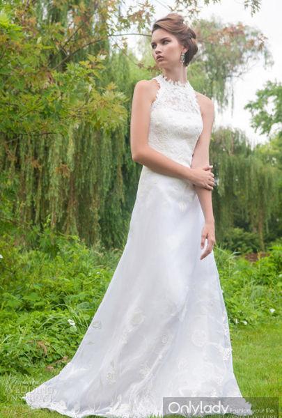 娇媚新娘的时尚灵感具有传统旗袍样式的婚纱