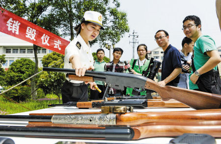 图为即将销毁的仿真枪。 记者 徐佳伟 摄