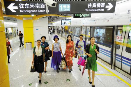 昨天上午,一群来自宁波老年大学时装班的学员在地铁西门口站展示霓裳羽衣秀。 记者 龚国荣