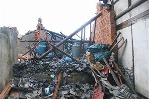 昨天上午8点多,慈溪附海镇一个非法煤气灌充点发生爆炸事故,两间小平屋被炸毁 通讯员 占智超 摄
