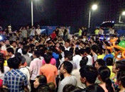 广东顺德发生围观聚集事件执法车被砸