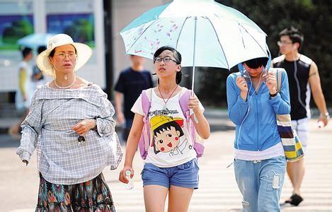 市民高温出行。