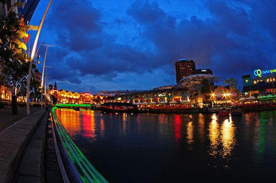 """""""波""""光鳞鳞的新加坡河"""
