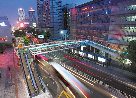 昨日开通的人行过街天桥夜景。  (胡建华 石奇峰 摄)