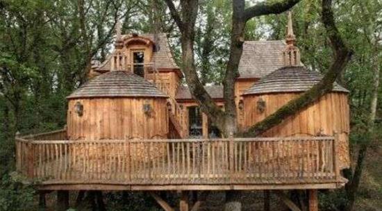 奥特福是Dans les Arbres城堡酒店三座树屋中的其中一栋