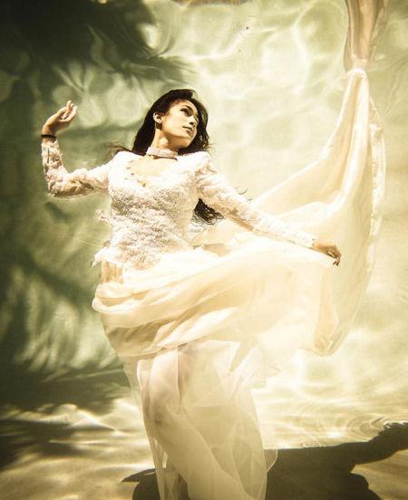 灵动唯美的婚纱照 水下拍摄新技巧拍出创意感图片