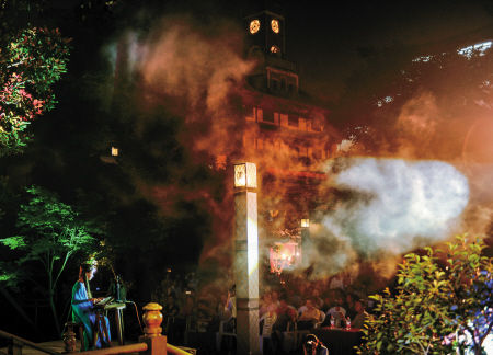 """昨晚,""""风雅鼓楼·诗情永丰""""2014年端午诗会在鼓楼沿永丰库遗址举行,数十名诗歌爱好者和普通市民一起用诗歌和琴声缅怀诗人屈原,回味粽子与艾草的味道。记者 徐佳伟 摄"""
