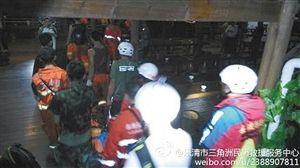 搜救人员在搜救中 网友供图