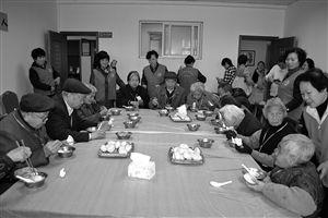 志愿者服务老人吃饭(资料图片)