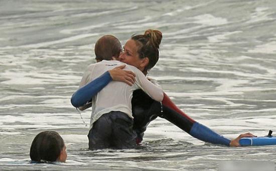 茱莉亚-罗伯茨携老公和两名子女赴夏威夷海滩度假享天伦