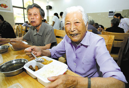 老人们在宽敞的餐厅用膳 (胡建华 陈栋 摄)