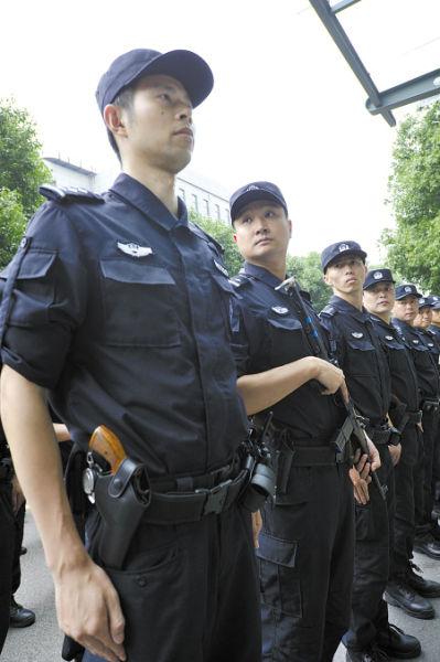 列队集结的配枪民警。