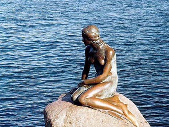 """""""美人鱼""""铜像"""
