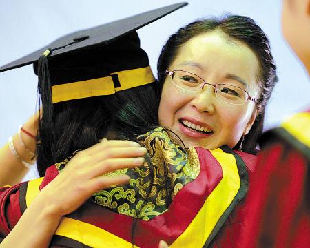 李小英在与学生拥抱。(王国海 严龙 摄)