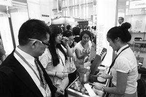 中东欧国家特色商品展,一位市民正在品尝蜂蜜酒 记者 高远 摄