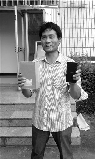 昨天,马先生寄出的小米手机,送到了老袁手上。