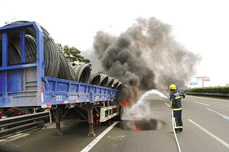 消防官兵高速路上巧排火险