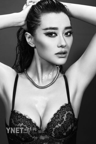 爱戴曝黑白色调写真湿发魅惑性感指数破表