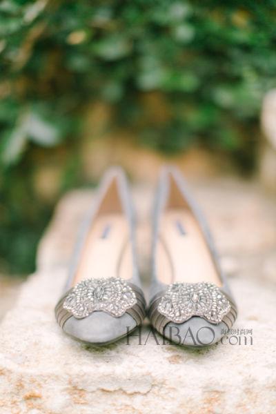 精致的银色新娘鞋以水晶打造奢华婚礼造型