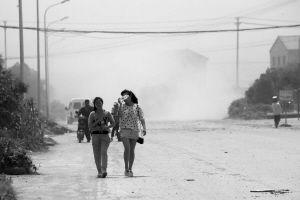 """前天中午,萧皋西路首南泰安学校门前,扬尘犹如""""沙尘暴""""。 记者 刘波 摄"""