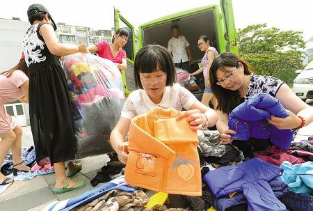 志愿者向安徽贫困居民捐赠爱心衣物