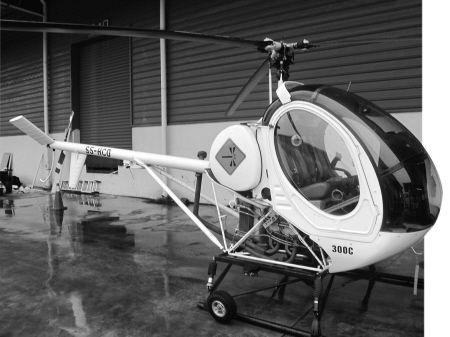 昨天,经过4个半小时的组装,这架新进口的直升机已经整装待发。