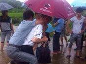官员水灾救援怕湿鞋要人背被免职
