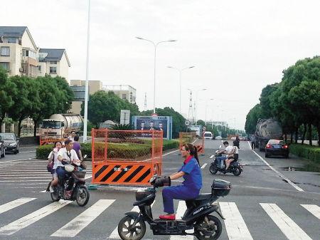 金达路上的马路围挡。