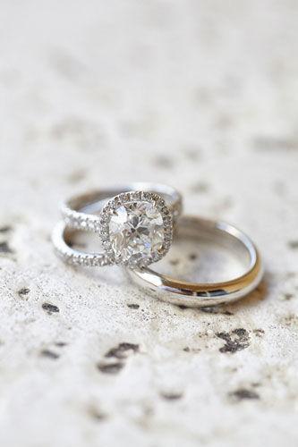 新娘的订婚戒指有秘诀揭让钻石更显大的诀窍