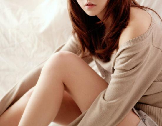 韩剧《人鱼小姐》里的殷雅俐瑛,装扮淑女,行为端庄,却会悄悄地换