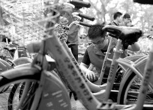 理工学院大学生义务清洗公共自行车